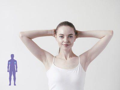 una mujer levantando los brazos para que se vea las axilas