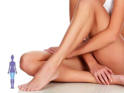 una mujer sentada cruzando las piernas
