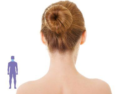una mujer de espaldas mostrando la zona de nuca