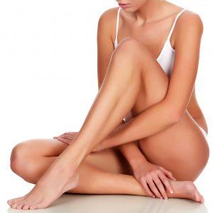 Una mujer mostrando sus piernas depiladas con nuestro Bono de Depilación Láser Cuerpo Completo Mujer