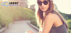 Una joven adolescente sentada en la calle que se ha realizado tratamientos de depilación láser