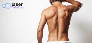 Un hombre joven de espaldas sin pelo en el pecho ni pelo en la espalda debido a la depilación láser masculina
