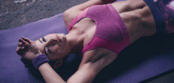 en la imagen se observa una deportista de alto nivel con depilación definitiva tumbada después de realizar el rendimiento deportivo de su entrenamiento