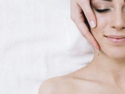mujer en una camilla realizándole un tratamiento de láser