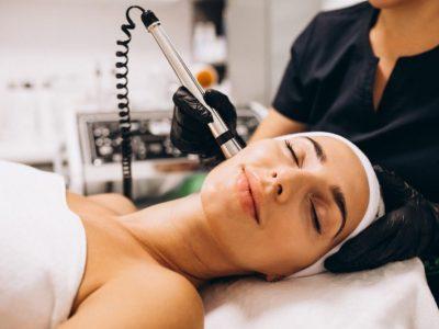 una mujer realizándose un tratamiento facial de fotorejuvenecimiento