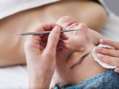 una trabajadora realizando un tratamiento facial en cara